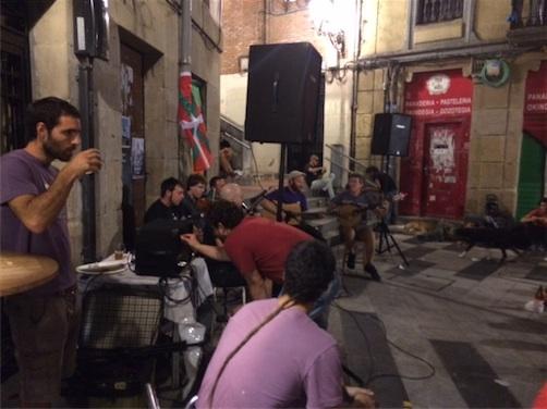 concierto acústico de música irlandesa en el exterior de la plaza con la mítica banda The Residence Band